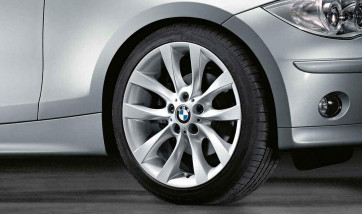 BMW Alufelge V-Speiche 217 8,5J x 18 ET 52 Silber Hinterachse BMW 1er E81 E82 E87 E88